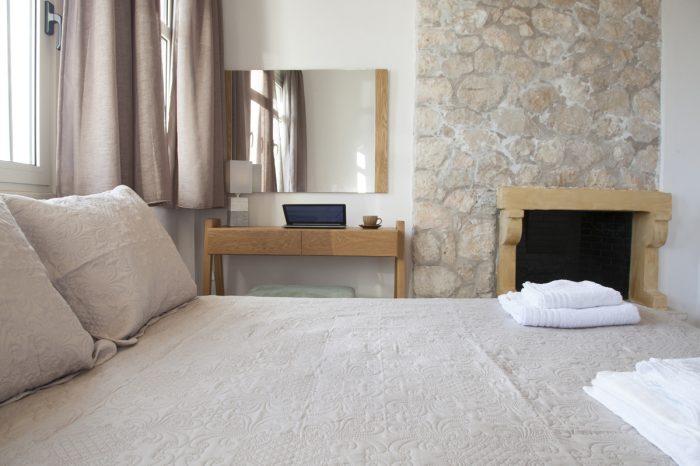 villa-cohili-sivota-lefkada-greece-bedrom-with-double-bed-modern-decoration