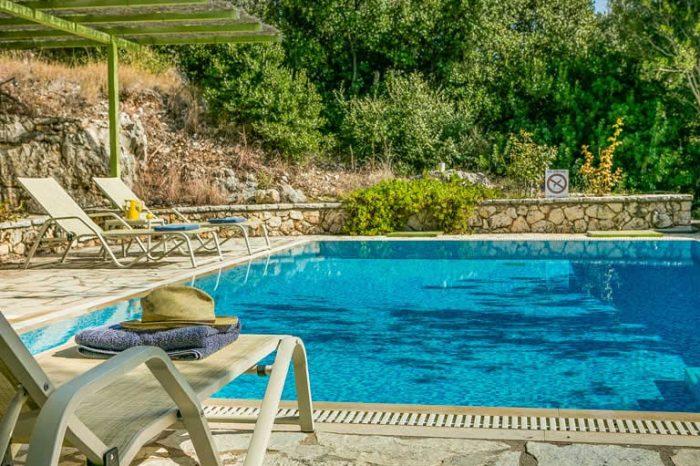 villa-maistro-lefkada-greece-private-pool-sunbeds