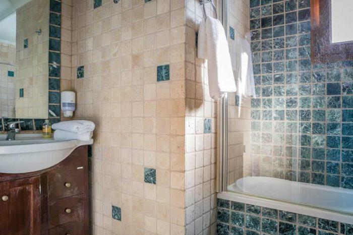 villa-maistro-sivotavillas-lefkada-greece-family-bathroom